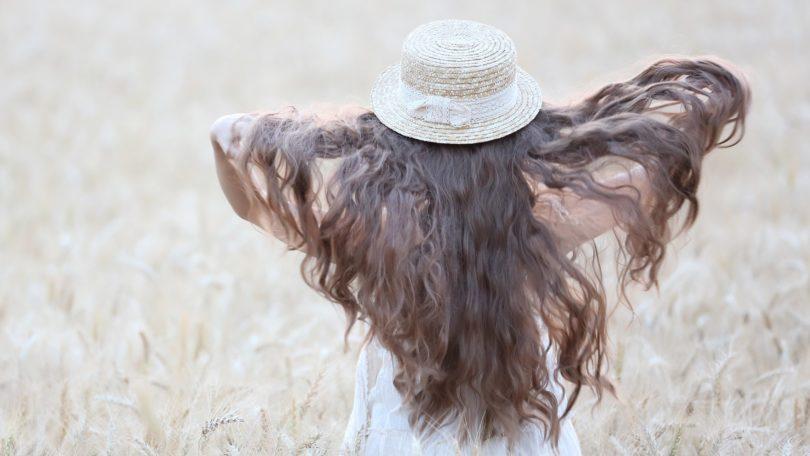 ผู้หญิงสวมหมวก ผมหยิกยาว